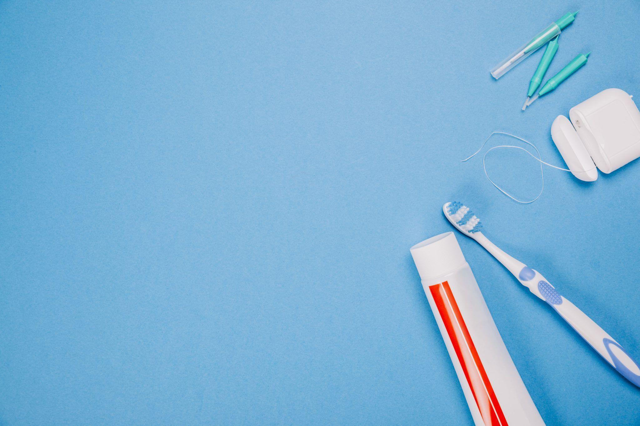 Instrumentos odontológicos sobre bancada